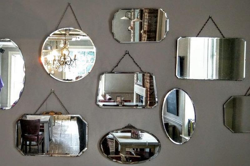 Разные зеркала на стене