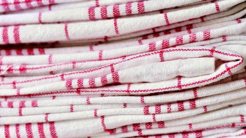 Надежные способы отстирать кухонные полотенца